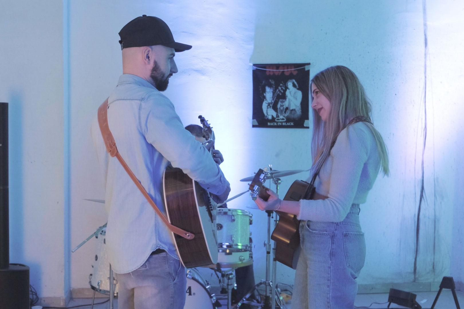 ragazzo e ragazza suonano la chitarra