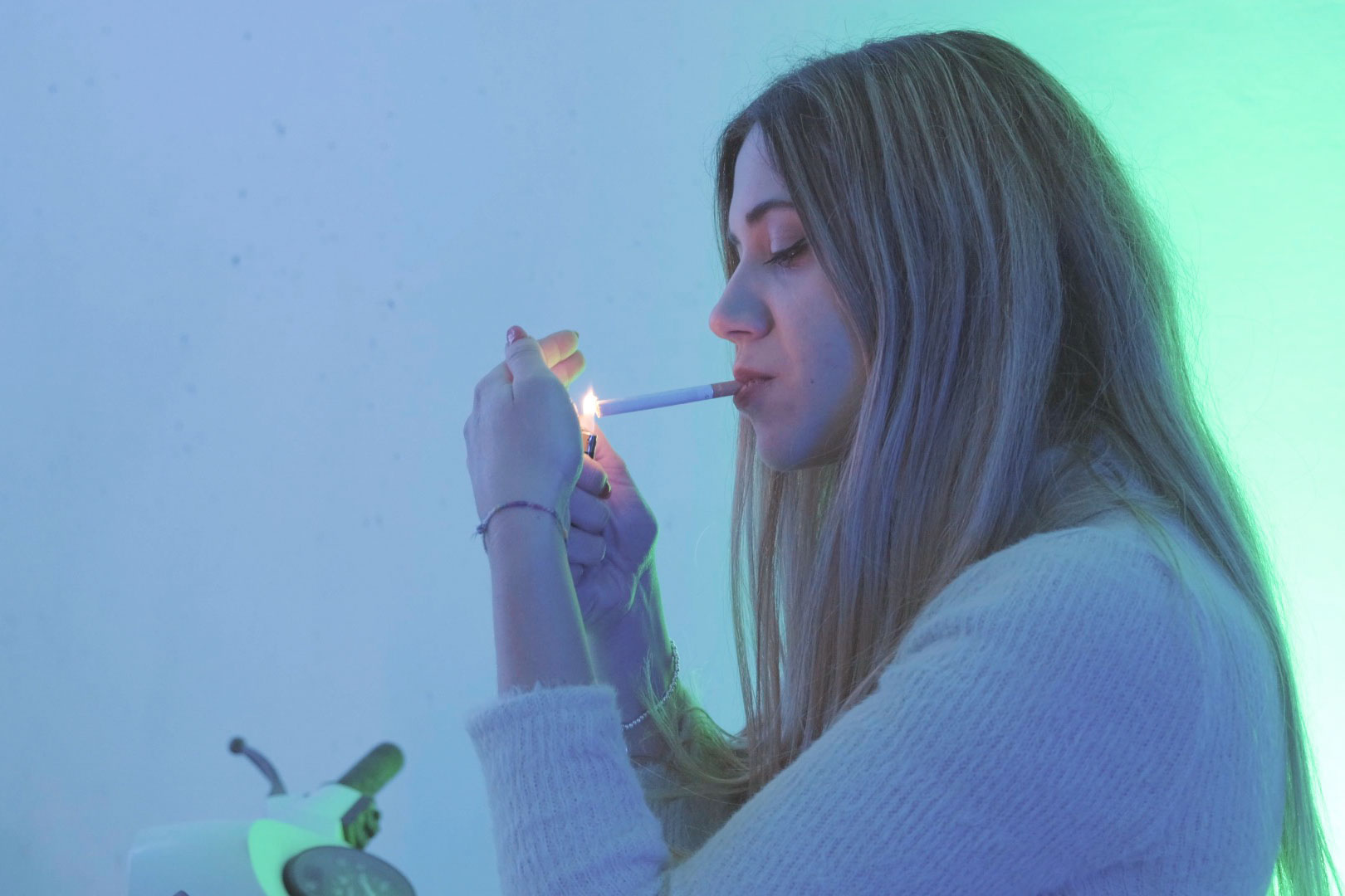 ragazza fuma sigaretta